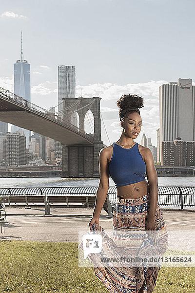 Junge Frau  Brooklyn Bridge Park  Brooklyn Bridge Park  New York  USA