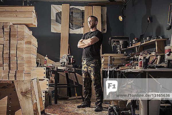 Porträt eines Mannes im mittleren Erwachsenenalter in einer Schreinerwerkstatt