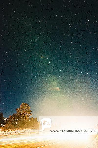 Durch Autoscheinwerfer verdunkelte Autobahn  Pagosa Springs  Colorado  USA