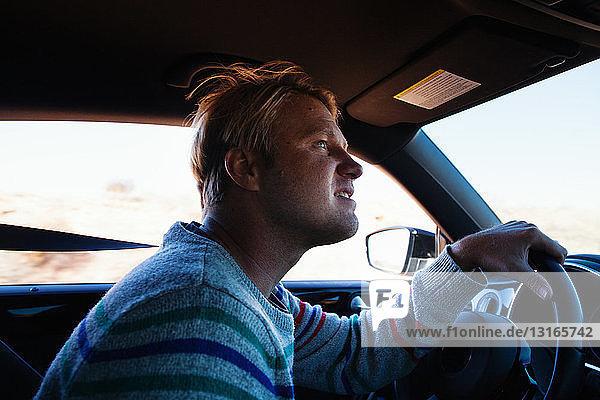 Mann fährt auf Autoreise  Tuba City  Arizona  USA