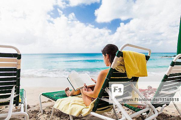 Frau liest Buch am Strand  St. Maarten  Niederlande