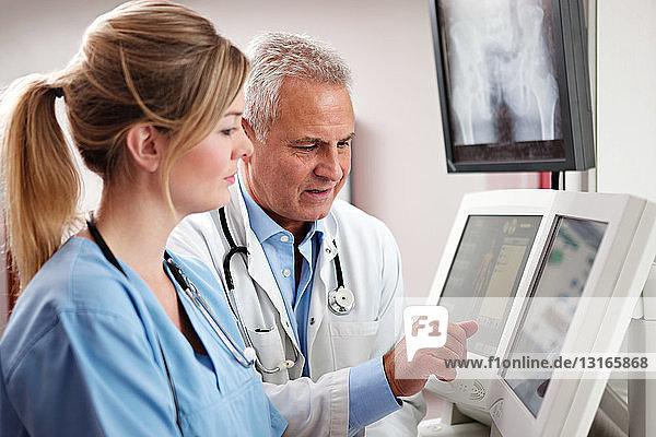 Ärzte  die auf Bildschirme schauen