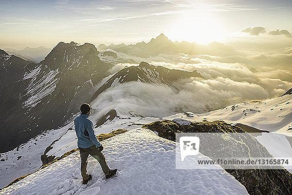 Junger männlicher Bergwanderer beim Blick auf die Wolken  Bayerische Alpen  Oberstdorf  Bayern  Deutschland