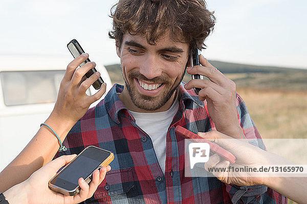 Junger Mann am Handy mit Händen  die Smartphones halten