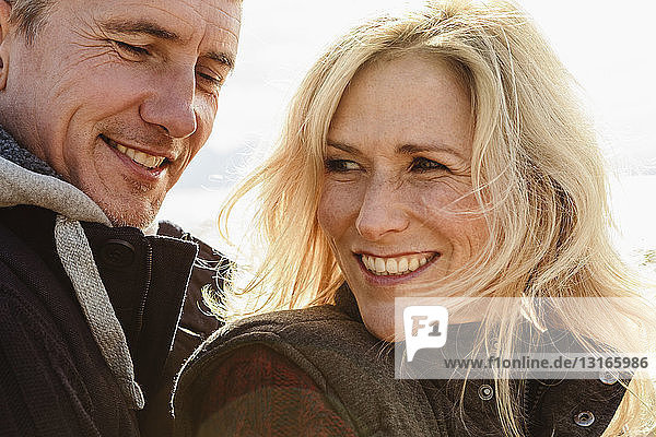 Reifes Paar  im Freien  lächelnd  Nahaufnahme