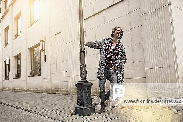 Frau genießt Stadtstraße