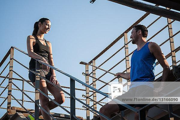 Mann und Frau im Gespräch auf Stufen