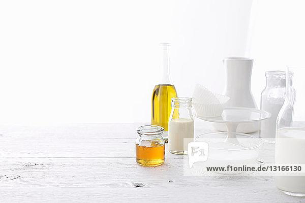 Flaschen mit Öl und Milch auf dem Tisch
