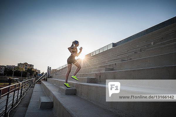 Junge Frau läuft die Treppe hinauf