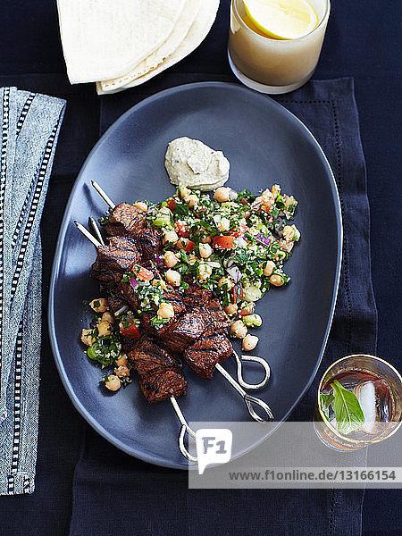 Teller mit Lammspießen und Tabbouleh