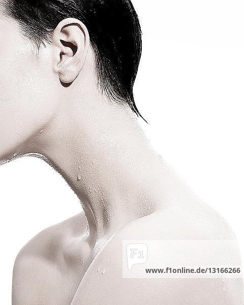 Frau mit Flüssigkeitströpfchen am Hals