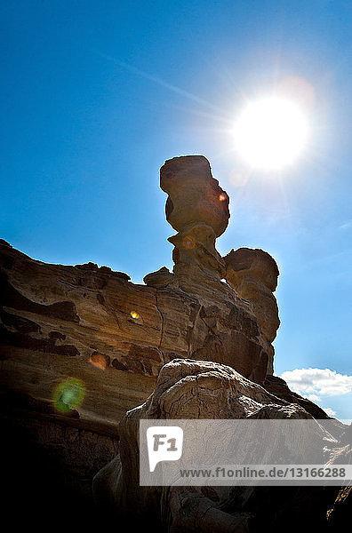 Tiefblick auf unterseeische Felsformationen und die Sonne  Valle de la Luna  Provinz San Juan  Argentinien