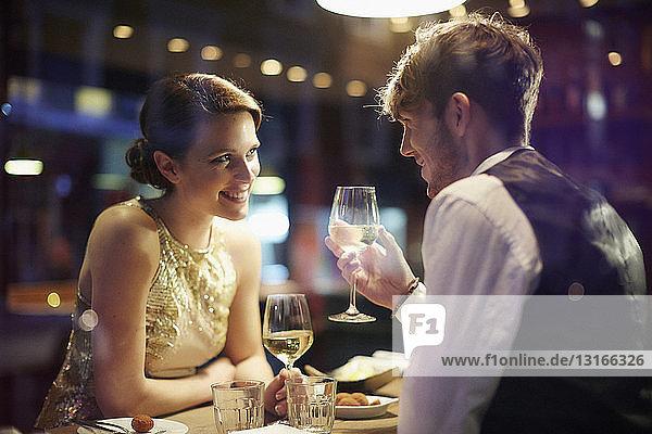 Paar mit Weingläsern im Restaurant