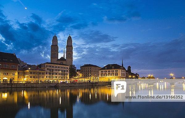 Kathedrale Grossmünster  Limmat bei Nacht  Zürich  Schweiz