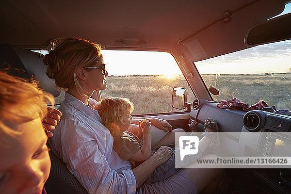 Mutter und Söhne reisen im Fahrzeug  Nxai-Pan-Nationalpark  Kalahari-Wüste  Afrika