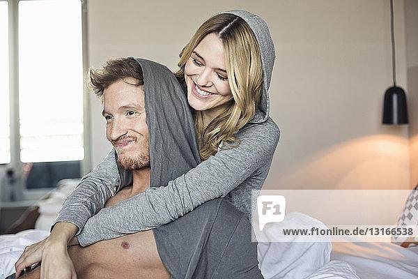 Junges flirtendes Paar im Hotelzimmer  das herumalbert