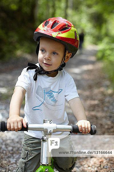 Kleinkind Junge fährt Fahrrad