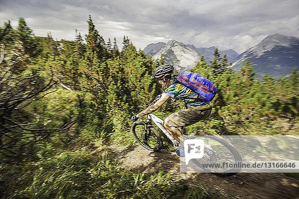Mountainbike-Radfahren auf Feldwegen in den Bergen