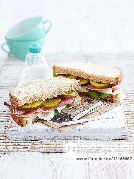 Sandwich mit Pickles und Schinken