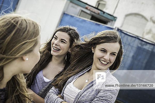 Glückliche Teenager-Mädchen hängen herum