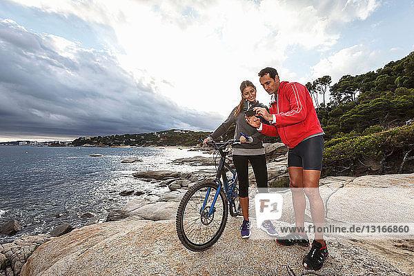 Fotografieren eines Paares auf einem Felsblock