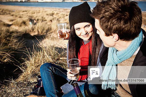 Ehepaar feiert mit Weißwein an der Küste  Bournemouth  Dorset  UK