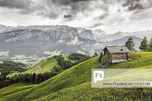 Hütte auf dem Hügel  Heiligkreuz  Alta Badia Südtirol  Italien