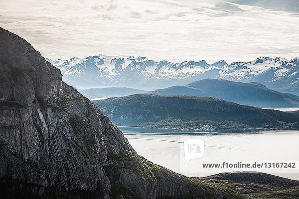 Berge und stiller See