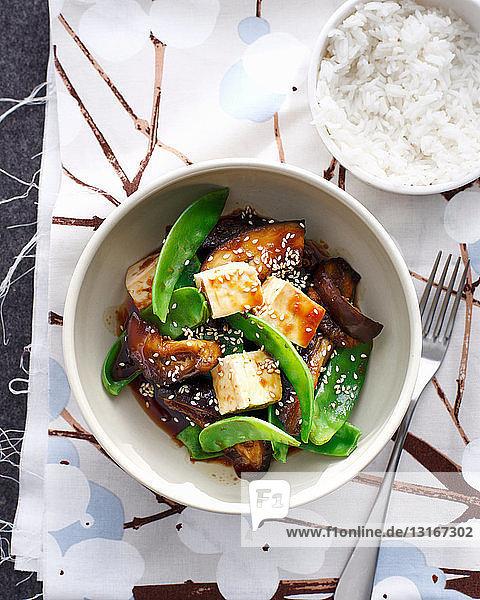 Schale mit japanischen Auberginen mit Tofu