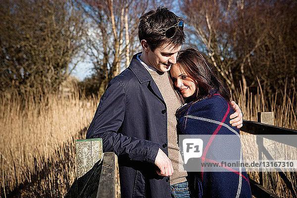 Romantisches Paar auf Steg stehend