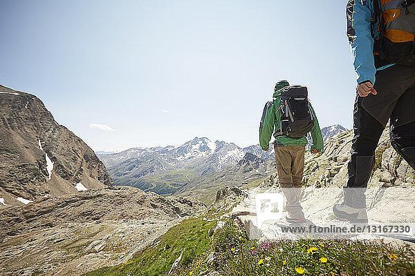 Rückansicht eines jungen Wanderpaares am Schnalstaler Gletscher  Schnalstalstal  Südtirol  Italien