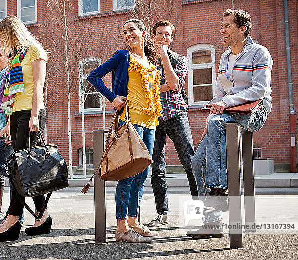 Freunde unterhalten sich auf der Straße in der Stadt