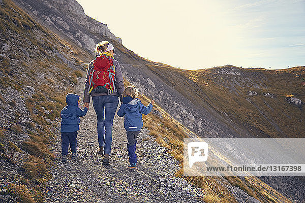 Mutter und Söhne  Wandern entlang des Bergweges  Karwendel-Mittenwald  Bayern  Deutschland