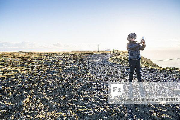 Reife Frau genießt Aussicht auf Hügel   Island