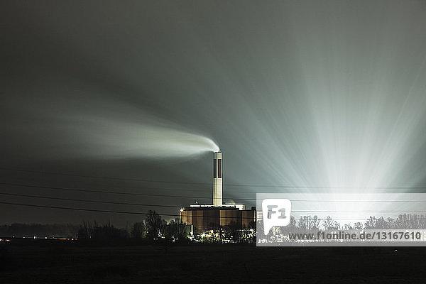 Ansicht von Kraftwerk und Schornstein bei Nacht  Bremerhaven  Deutschland
