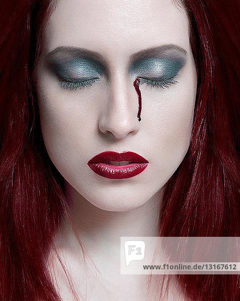 Porträt einer jungen Frau mit Augenbluten