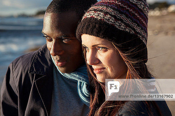 Romantisches junges Paar am Strand