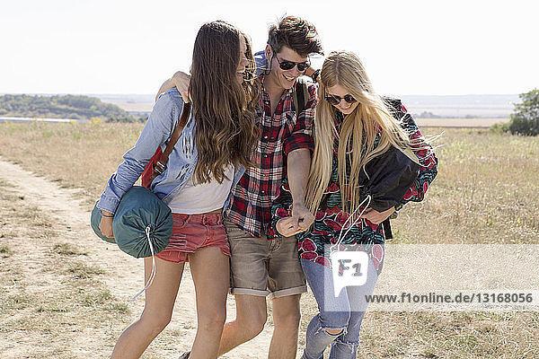 Drei Freunde beim Wandern