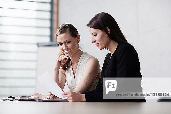 Zwei Frauen in der Sitzung