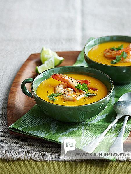Schale mit Garnelen-Kürbis-Suppe
