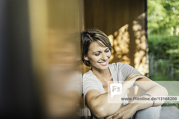 Reife Frau entspannt sich außerhalb des Hauses