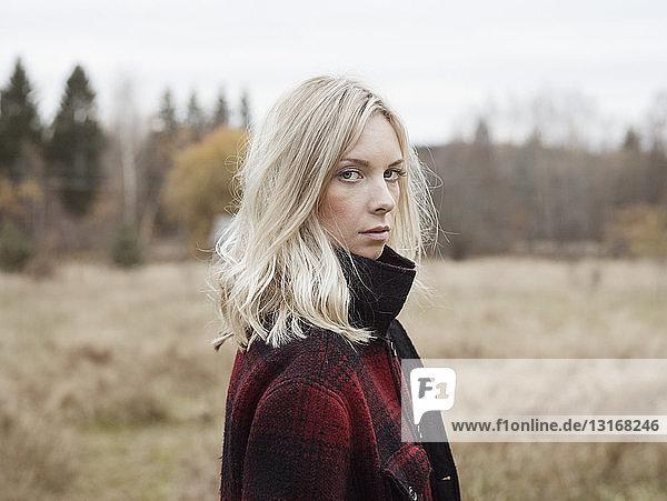 Porträt einer jungen Frau in ländlicher Umgebung