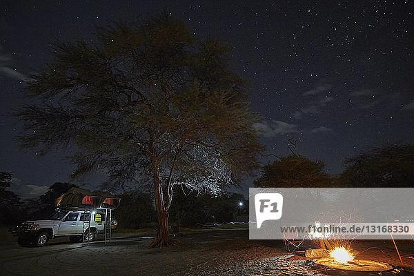 Familie am Lagerfeuer  Nxai-Pan-Nationalpark  Kalahari-Wüste  Afrika