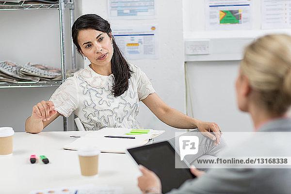 Geschäftsfrauen in Diskussion im Sitzungssaal
