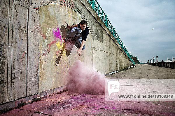 Parkour-Athlet experimentiert mit Bewegung und Pulverfarbe bei Balcombe Viaducts  Sussex  Vereinigtes Königreich