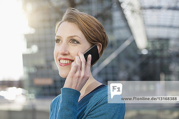 Junge Frau benutzt Mobiltelefon