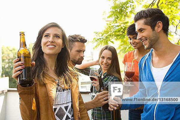 Freunde  die Alkohol im Freien trinken