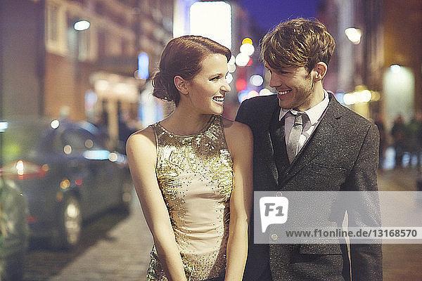 Ehepaar auf der Straße bei Nacht  London  England