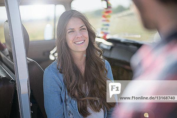 Junge Frau mit langen braunen Haaren  lächelnd
