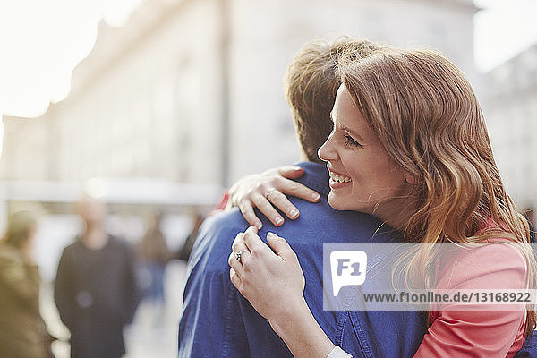 Umarmung von Paaren auf der Straße  London  UK